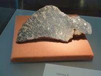 1_Vitrine05_oben_b_Stromatolith_MB