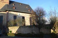 Niederrodenbach_Kirche_mit_Friedhofsmauer