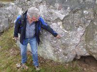 Münzenberg09_Prof_Prinz-Grimm_zeigt_Quarzitgerölle_mit_dunklen_Adern_KB