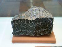 1_Vitrine05_unten_b_Stromatolith_KB