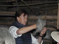 2b4_Museum_Groß_Raden_Demonstration_Textilgewinnung_durch_Heike_Pilz_wo